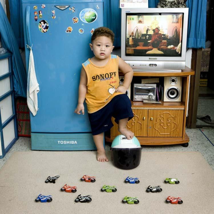 Imagen por Gabriel Galimberti, Toy Stories. Un niño con sus juguetes, Watcharapon Bangkok