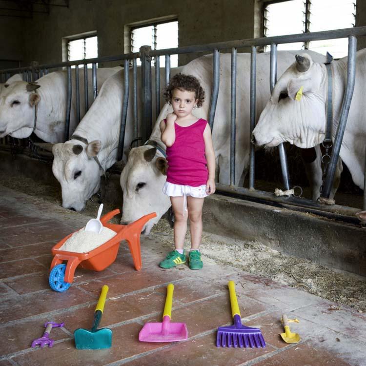 Imagen de Gabriele Galimberti, Toy Stories. Alessia con sus juguetes,, La Toscana.
