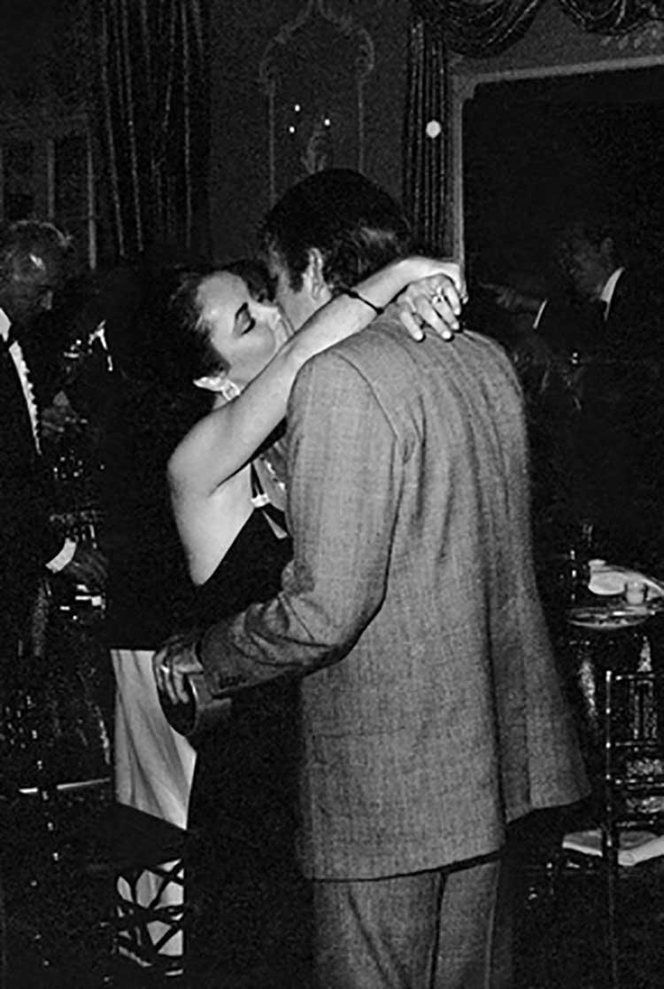 Beso entre Elisabeth Taylor y Richard Burton