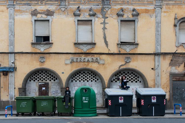 Niños skaters sentados sobre cubos de basura
