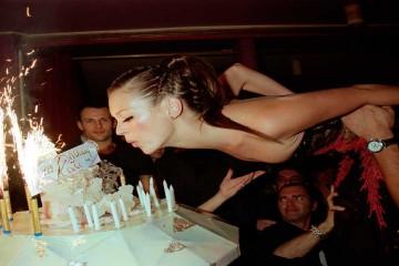 Kate Moss soplando las velas