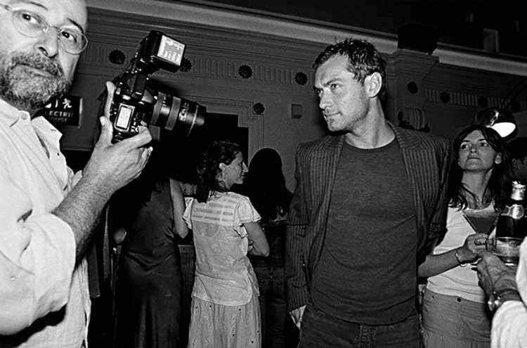 Richard fotografiando a Jude Law