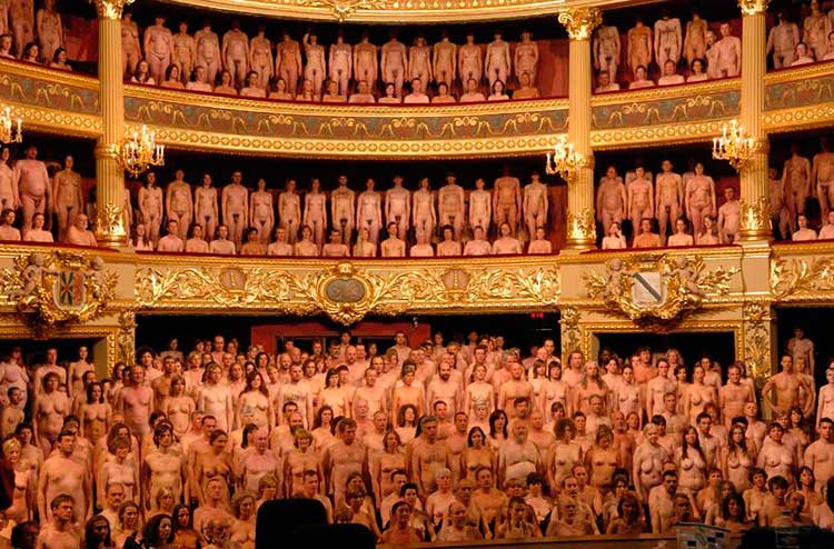 Teatro con personas desnudas