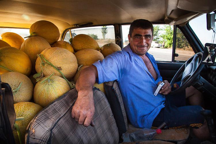 Armenio dentro del coche con fruta