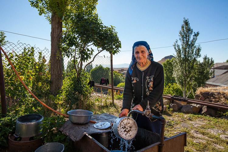 Armenia lavando platos