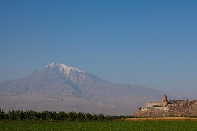 Paisaje armenio con montaña de fondo