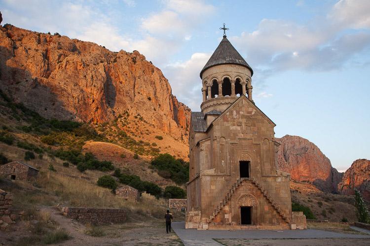 Iglesia entre montañas