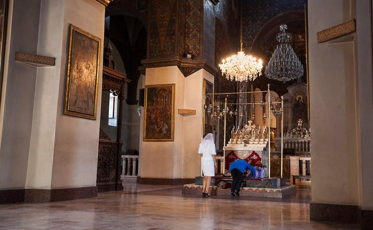 Interior de iglesia con personas rezando