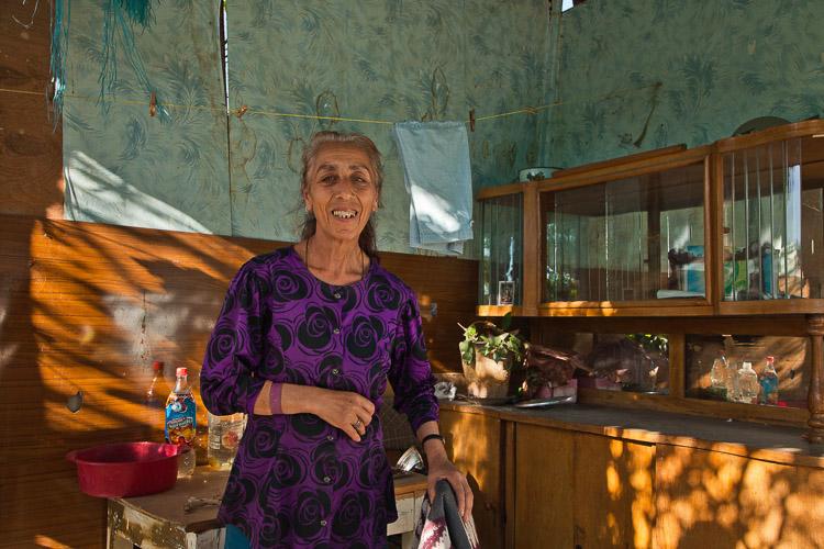 Mujer armenia dentro de su casa