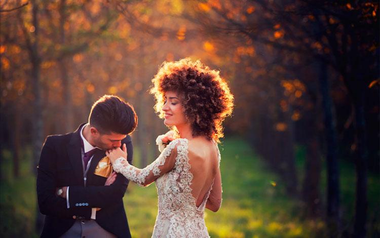 Novio besando la mano a la novia