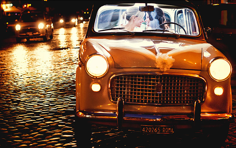 Pareja de novias dentro de un coche