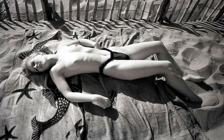 Chica tumbada en la arena