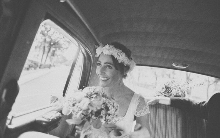Novia en el coche camino a la iglesia