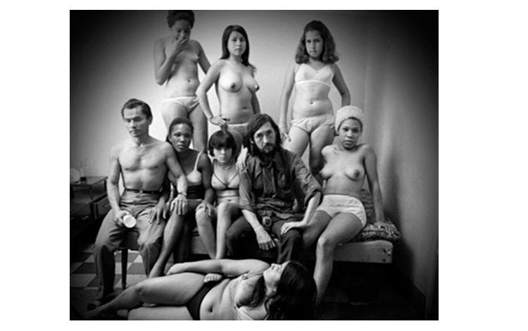 Varias mujeres prostitutas alrededor de dos hombres