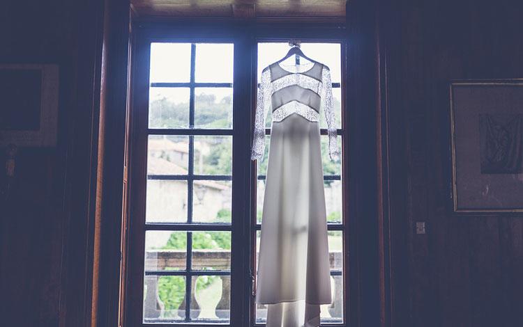 Vestido de novia colgado en una ventana