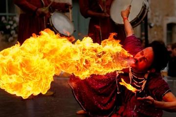 Hombre escupiendo fuego