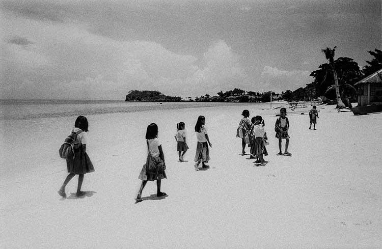 Niños Filipinos andando por la playa