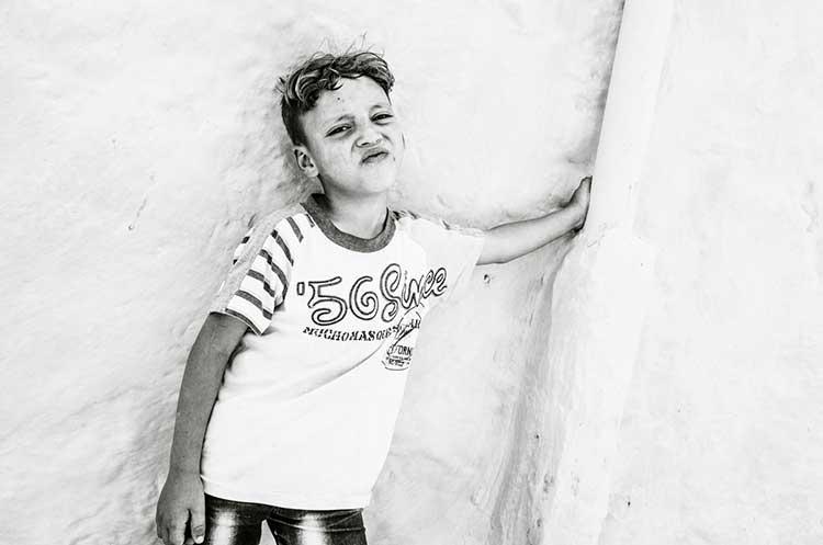 Niño marroquí posando para la fotografía