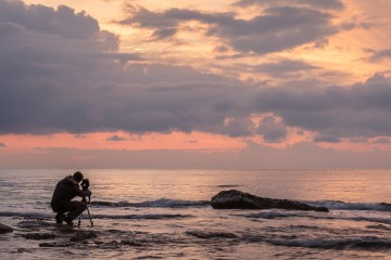 Hombre fotografiando el mar