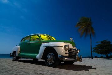 Conche americano antiguo en una playa en Cuba