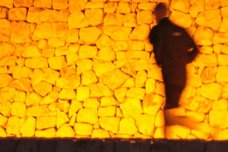 Hombre corriendo por la noche