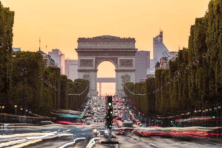París con el Arco del Triunfo de fondo