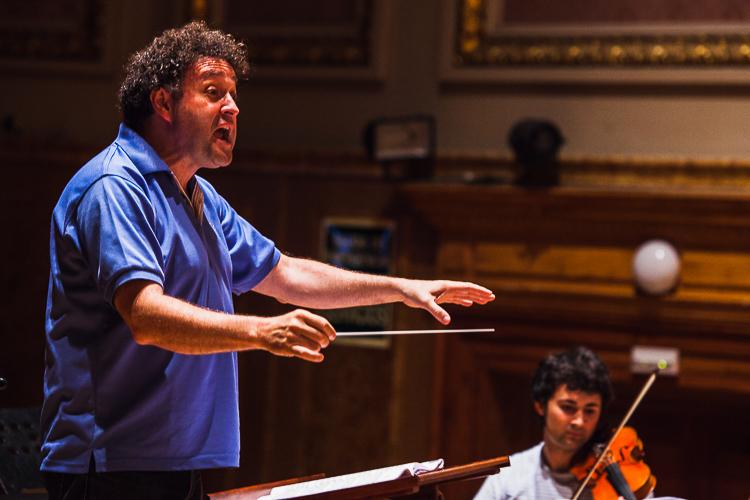 Director de orquesta y violín