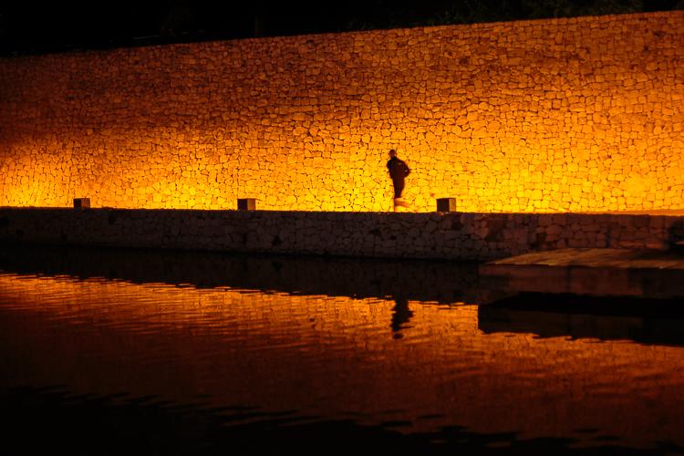 Hombre corriendo de noche