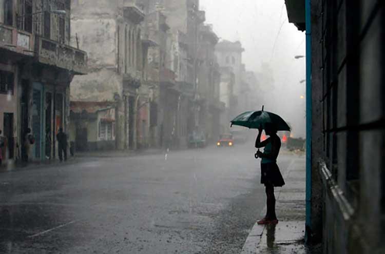 Mujer esperando bajo la lluvia