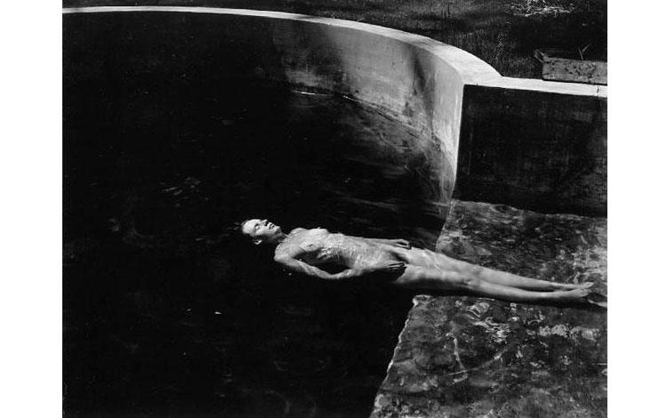 Cuerpo desnudo en el agua