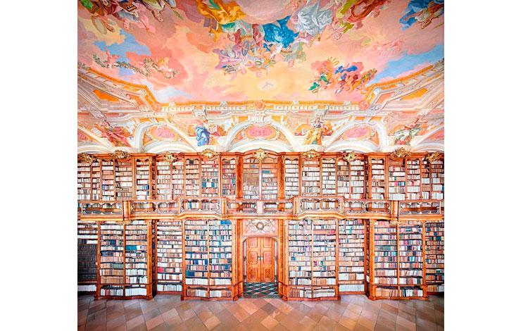 Librería alemana con pinturas en el techo