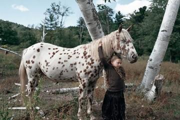 Amelia abrazando un caballo