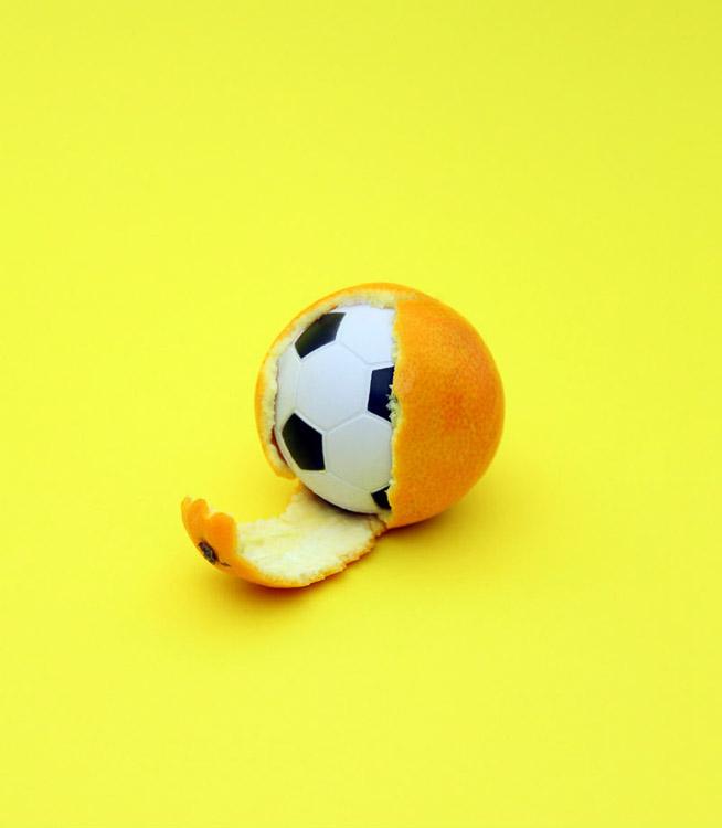 pelota envuelta en una naranja