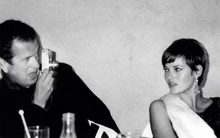 Mario Testino fotografiando a la modelo Kate Moss en blanco y negro