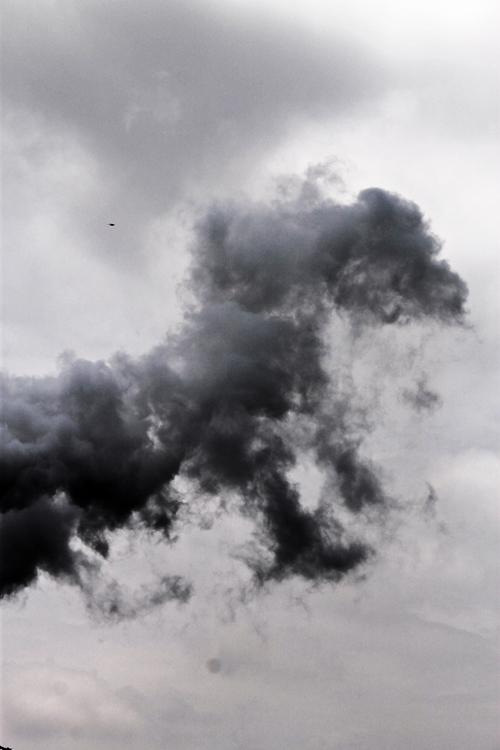 Fumarela de humo en el cielo