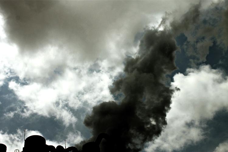 fumarolas de humo y nubes en el cielo