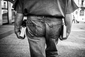 Hombre llevando libros