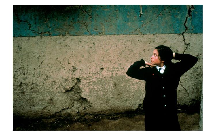 Niña chilena sobre una pared