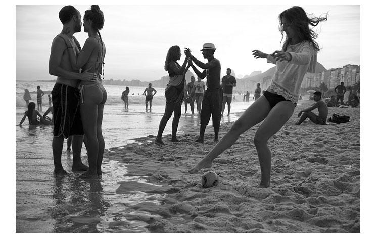 Jóvenes juegan en las playas de Rio