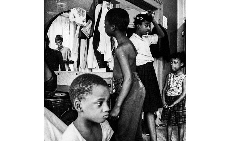 Familia de raza negra en su casa