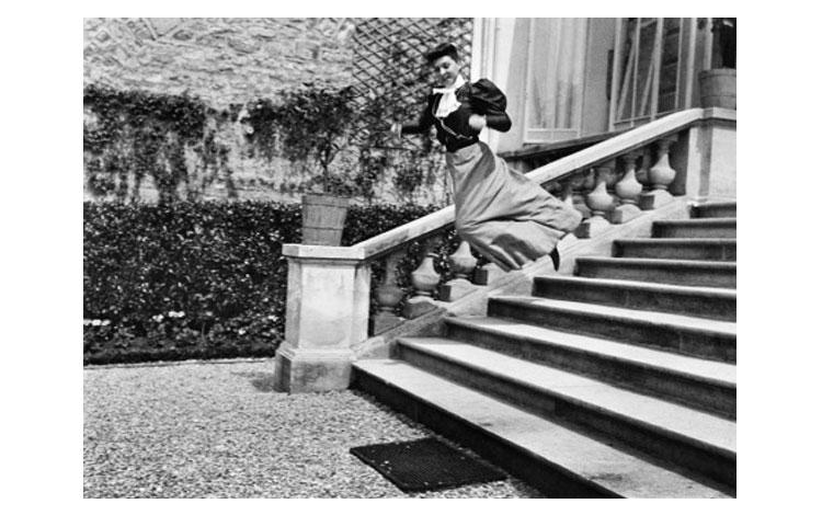 mujer saltando unas escaleras en blanco y negro