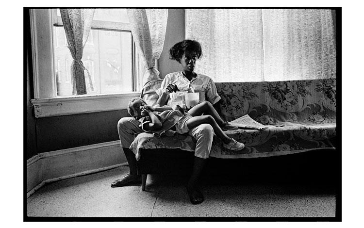 madre con su hijo sentados en el sillón frente a la ventana