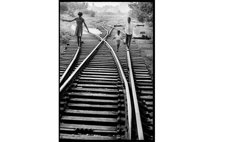 Niños caminando por las vías del tren