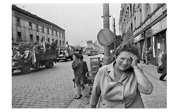 mujer llorando en una calle de Praga