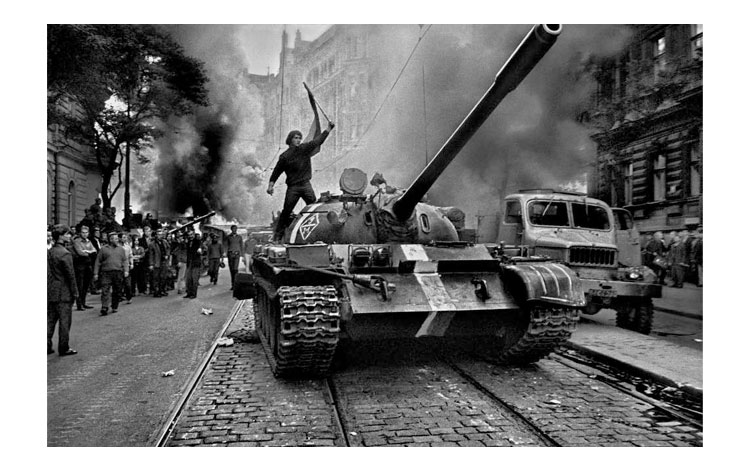 Tanque por la ciudad de Praga