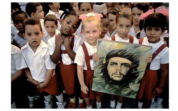Niños cubanos con la fotografía del Che