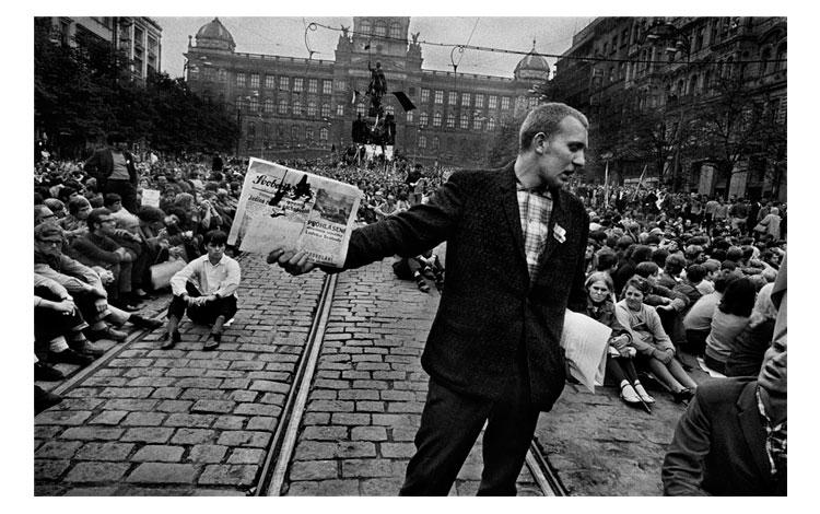 Hombre sujetando un periódico en Praga