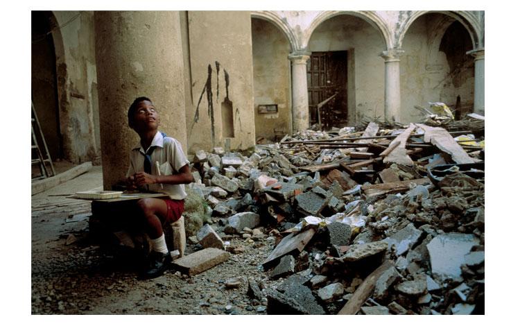 Niño en un edificio destruido