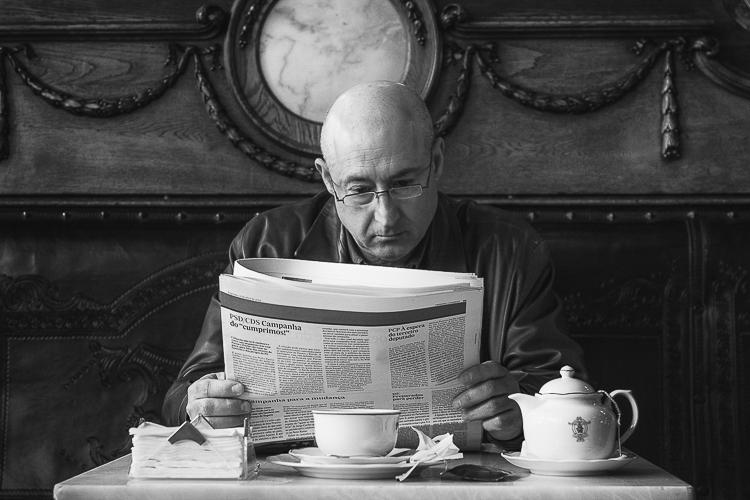 Hombre leyendo en una cafetería