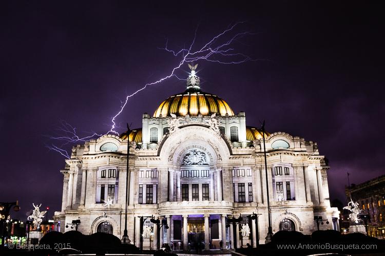 Relámpago junto al Palacio de Bellas Artes de México